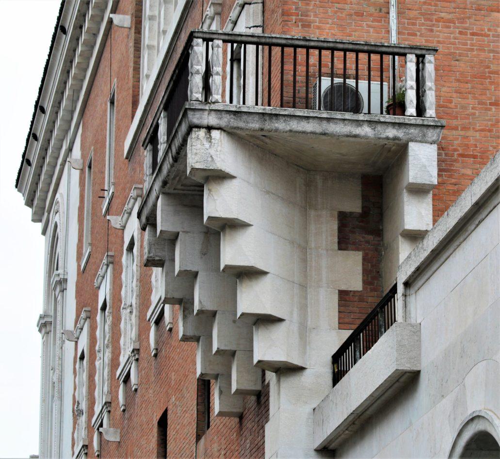 Ferrara. Palazzo delle Poste. Fragment bocznego skrzydła budynku od strony Viale Cavour. Uwagę zwracają stylizowane, niezwykle masywne, kamienne podpory balkonu. Fot. Jerzy S. Majewski