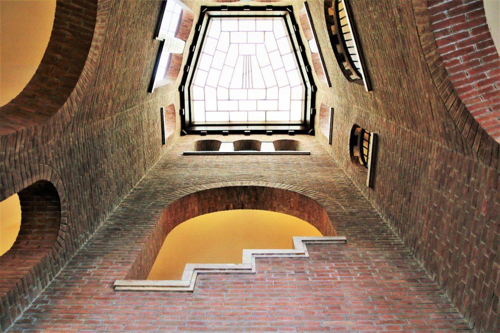 Ferrara. Palazzo delle Poste. Dusza głównej klatki schodowej nakrytej świetlikiem. Wnętrze to kojarzy się nieco z klatkami w barokowych pałacach Rzymu. Zaprojektowana została jednak odmiennym językiem, współczesnym Mazzoniemu. Fot. Jerzy S. Majewski