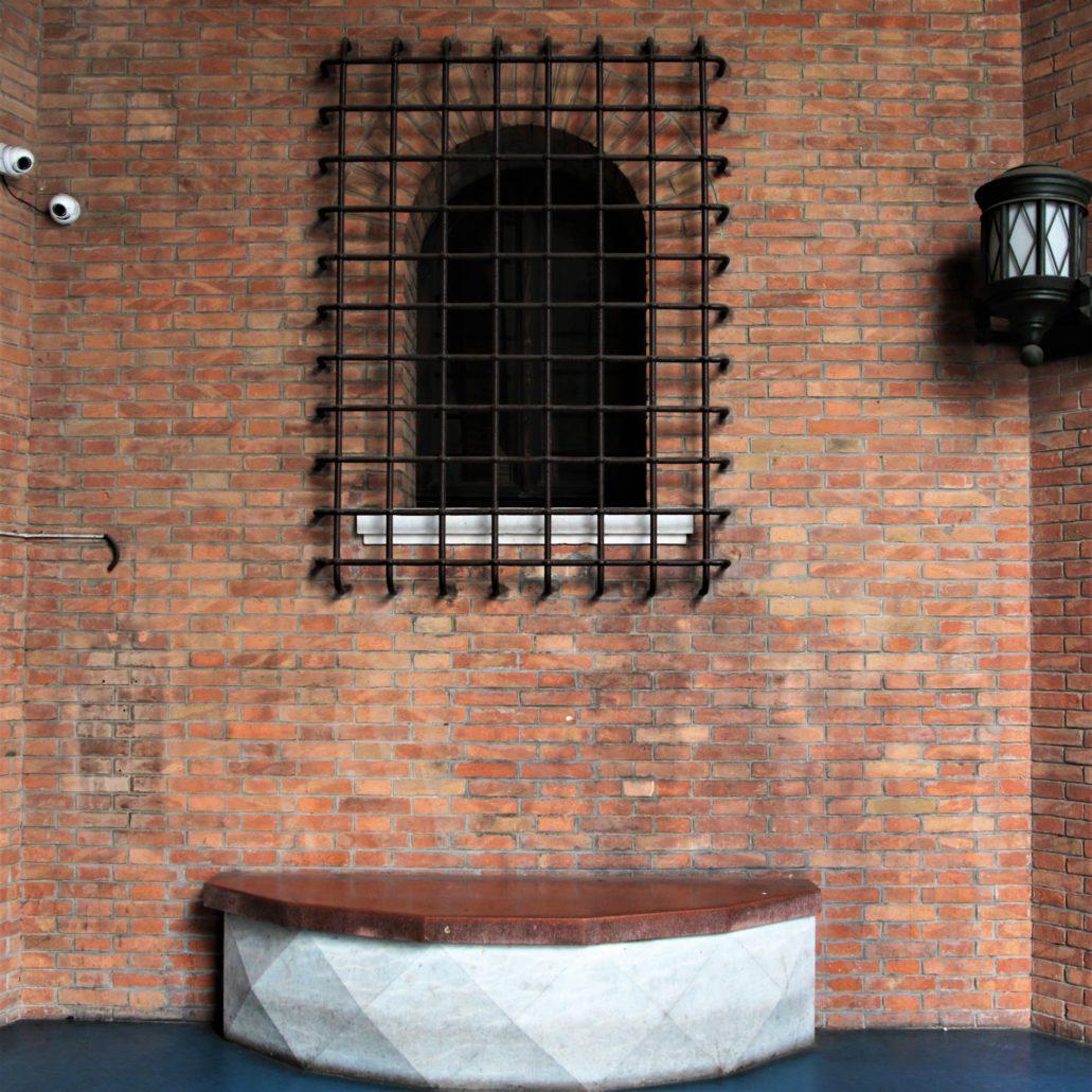 Ferrara. Palazzo delle Poste. Kryształkowe siedzisko w podcieniu budynku. Fot. Jerzy S. Majewski