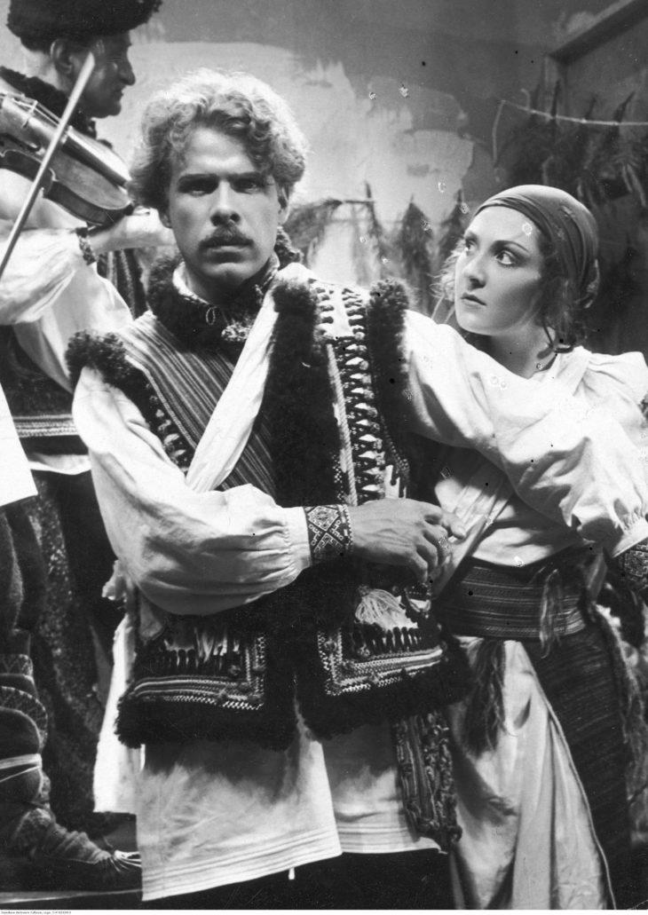 """Scena z filmu """"Przybłęda"""" z 1933 r. Jadwiga Boryta-Nowakowska jako Horpyna w towarzystwie Feliksa Żukowskiego (jako Dmetro). Fot. Narodowe Archiwum Cyfrowe"""