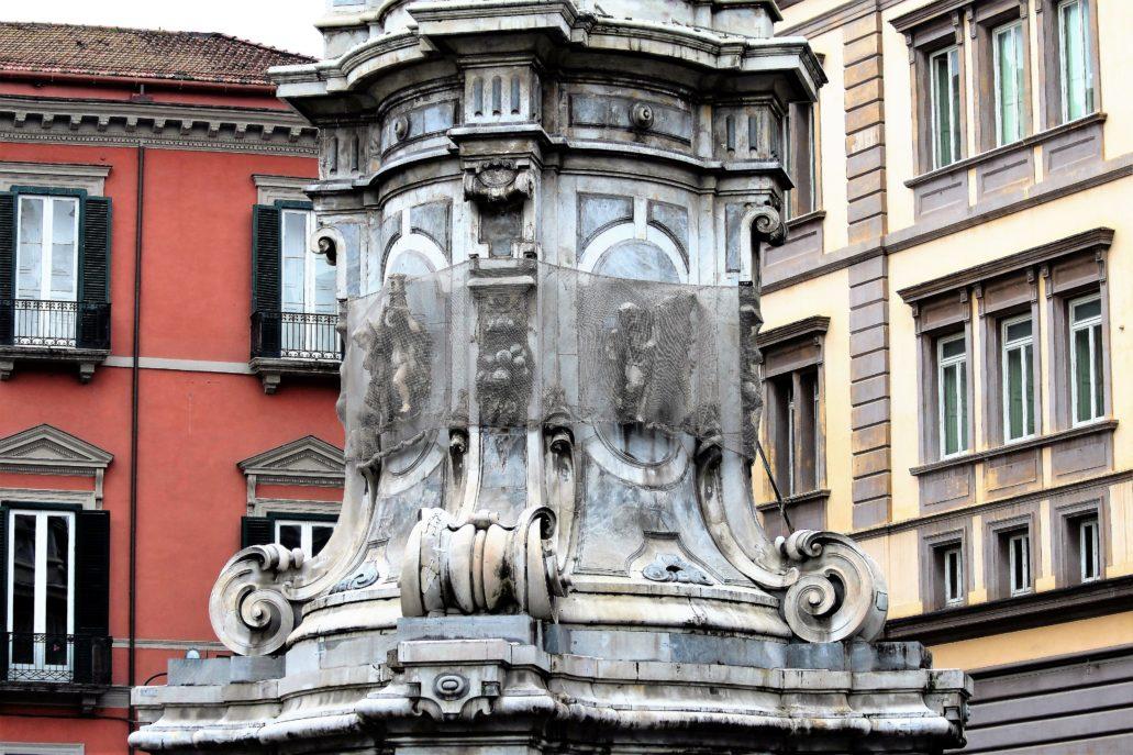 Neapol. Piazza Gesu Nuovo. Guglia dell'Immacolata. Fragment cokołu dość zmurszałego zabytku. W trakcie budowy rzeźbiarze wykorzystali wielobarwne kamienie. Fot. Jerzy S. Majewski