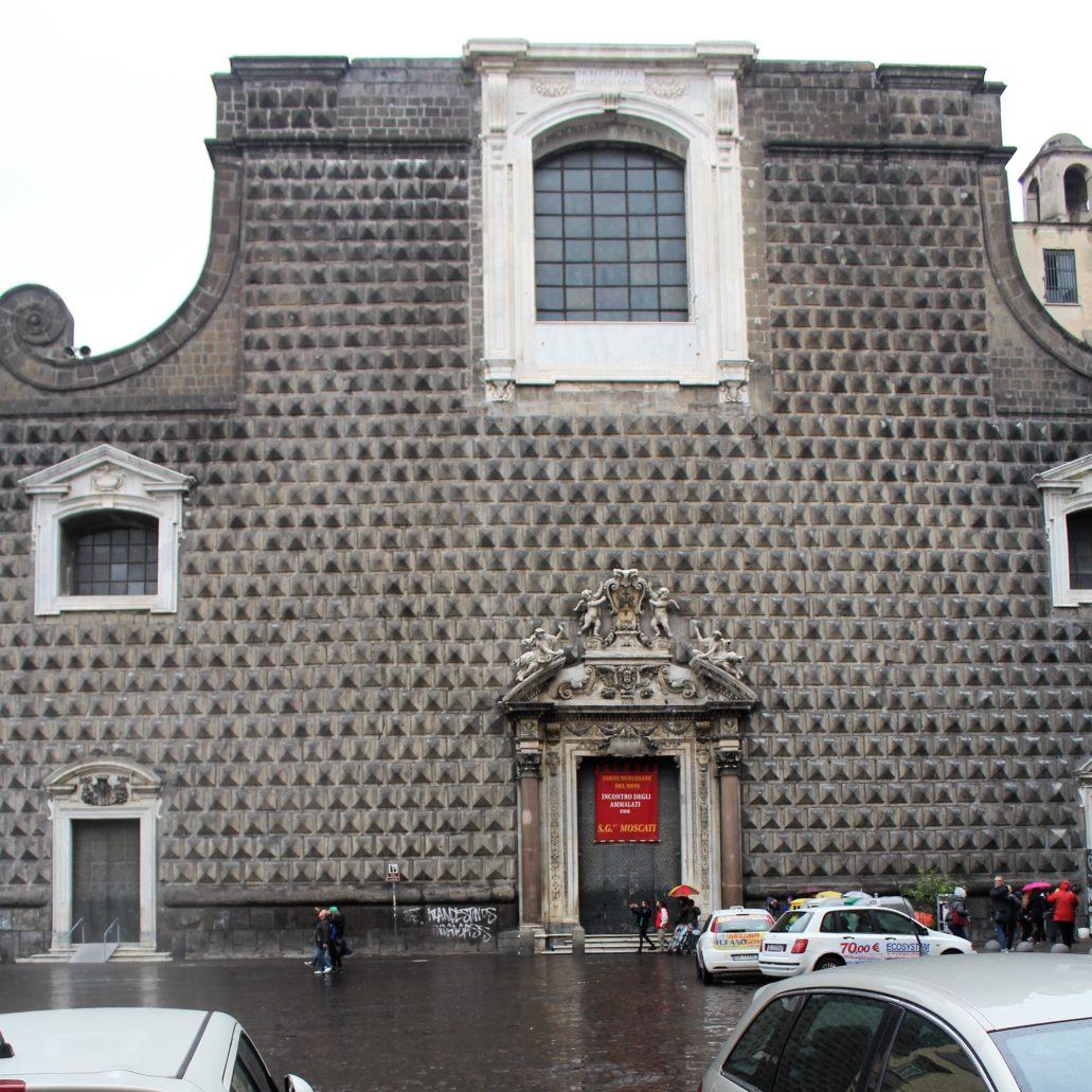 """Neapol. Piazza Gesu Nuovo. Niedokończona, """"ucięta"""" fasada kościoła Gesu Nuovo. Niestety plac przed kościołem pełni funkcję parkingu. Fot. Jerzy S. Majewski"""
