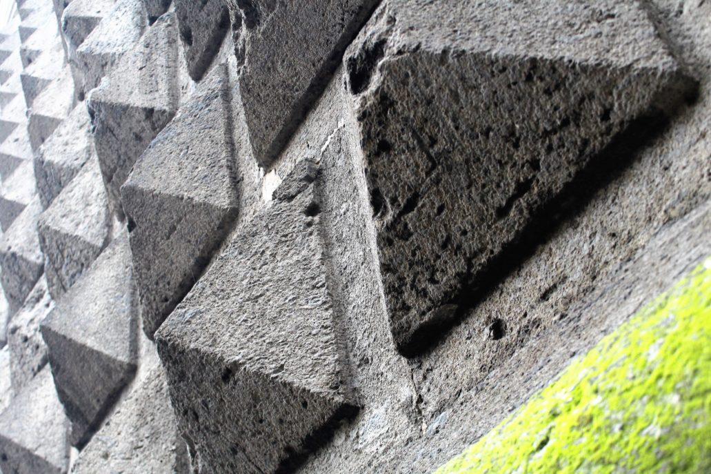 """Neapol. Piazza Gesu Nuovo. Fasada kościoła Gesu Nuovo pokryta jest kamienną, diamentową rustyką, nazywaną po włosku """"bugnato a puenta di diamante"""". Fot. Jerzy S. Majewski"""
