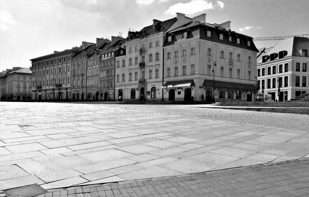 Warszawa. Koronawirus. Kamienice przy Krakowskim Przedmieściu widziane z Placu Zamkowego. Fot. Jerzy S. Majewski
