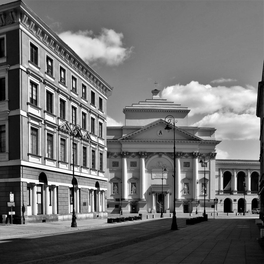Warszawa. Koronawirus. Ulica Miodowa. W perspektywie fasada kościoła św. Anny. Fot. Jerzy S. Majewski