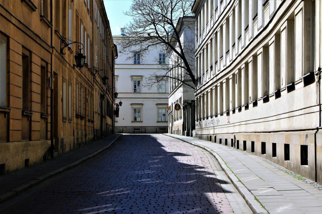 Warszawa. Koronawirus. Ulica Kapitulna. W głębi fragment oficyny Pałacu Paca przy Miodowej. Fot. Jerzy S. Majewski