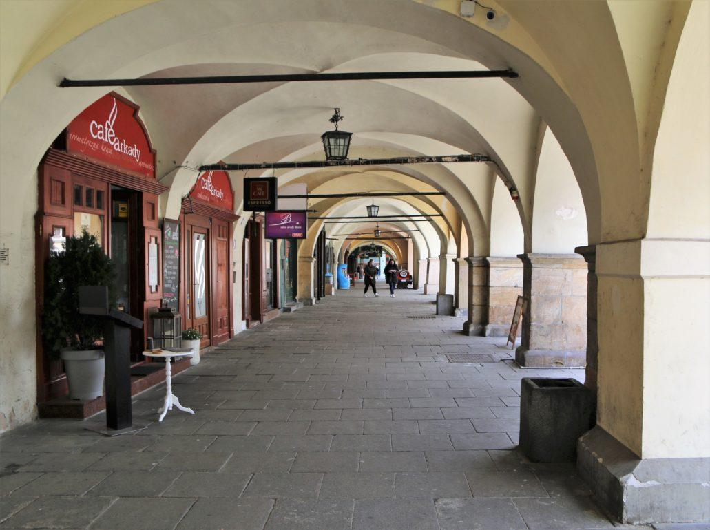 Cieszyn. Podcień w przyziemiu kamienic w zachodniej pierzei Rynku. Fot. Jerzy S. Majewski