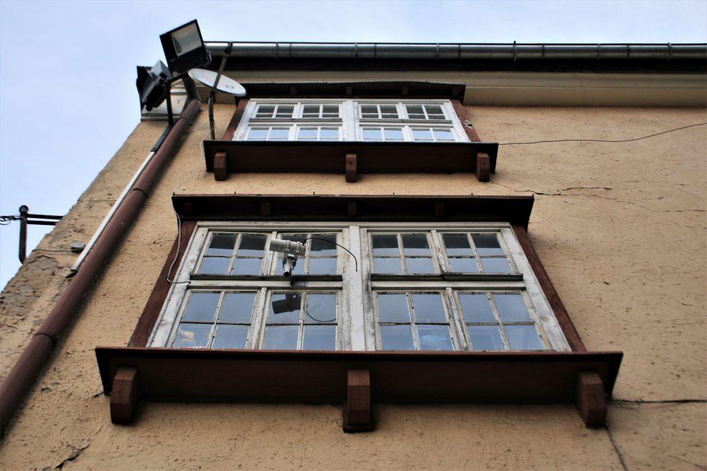 """Olsztyn. Modernistyczne wykusze w bocznej elewacji kamienicy w narożniku Runku, u zbiegu ul. Staromiejskiej 9 (niegdyś Oberstrasse 21) i Św. Barbary. Niegdyś w tym miejscu stał budynek, w którym spędził dzieciństwo i młodość Erich Mendelsohn, jeden z najsłynniejszych mieszkańców Olsztyna, a także jeden najwybitniejszych na świecie architektów XX wieku. Urodził się w 1885 w żydowskiej rodzinie, a jego ojcem był David Mendelsohn, prowadzący na parterze kamienicy zakład krawiectwa męskiego. Jego matka, Emma Esther z domu Jaruslawsky (Jarosławska) była wykwalifikowaną modystką. Wydaje się, że kamienica została rozbudowana i zmodernizowana w latach międzywojennych, już po opuszczeniu Olsztyna przez architekta. Jak czytamy w książce Ity Heinze-Greenberg, w czasach dzieciństwa Ericha był to """"bardzo stary dom na rogu Starego Rynku, ze stromym szczytem. Wystarczająco duży, by pomieścić liczną rodzinę (…) Pokoje były małe i dzięki niskim sufitom sprawiały wrażenie bardzo przytulnych"""". Niestety dziś elewacje budynku są kompromitująco odrapane, a drogeria Rossmanna na parterze oszpeciła standardową reklamą świetlną efektowne, modernistyczne obramienie witryny, wykonane z ceramiki. Fot. Jerzy S. Majewski"""