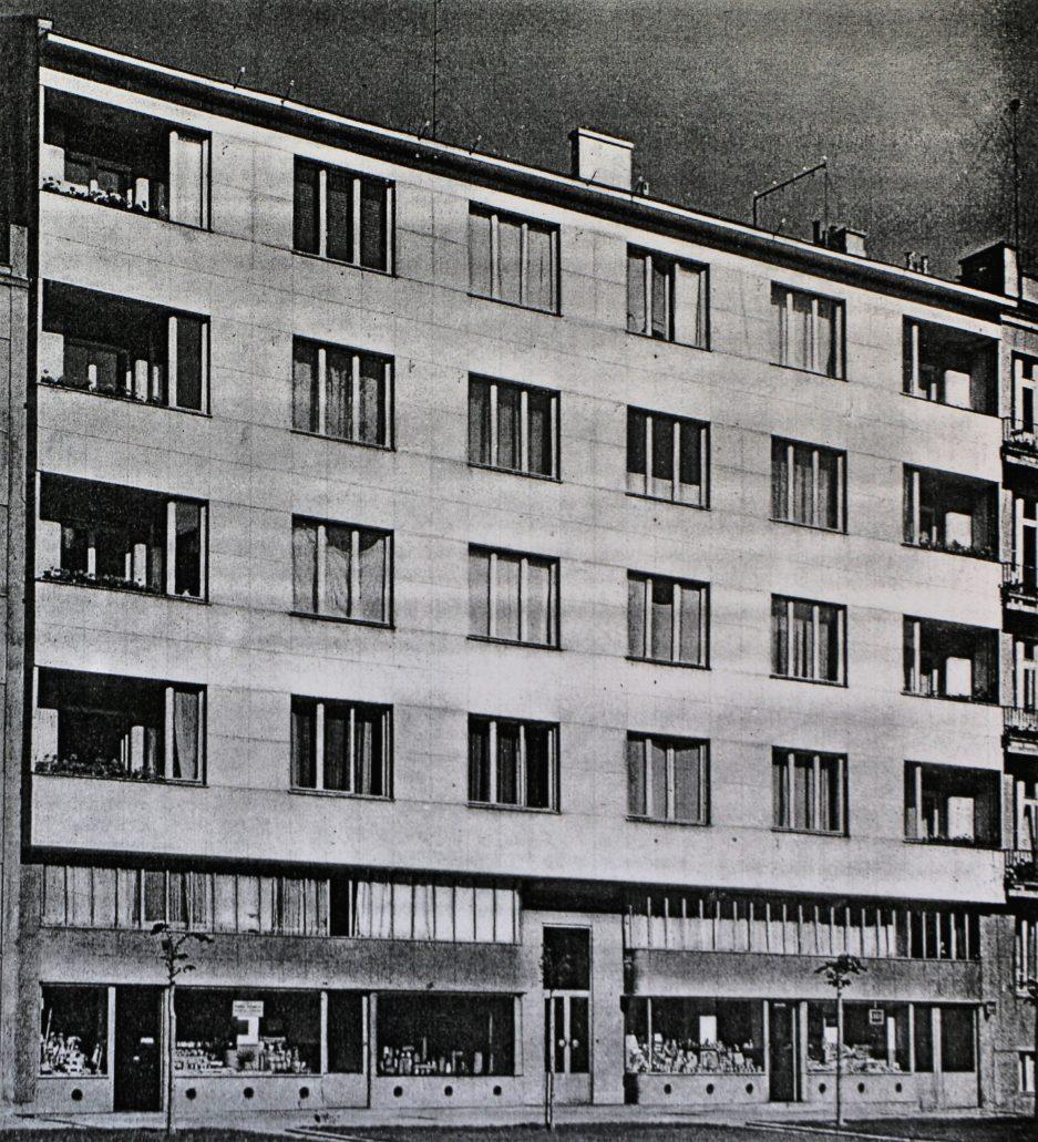 """Warszawa. Kamienica w Al. Niepodległości 156 w 1938 r. Parter, tak jak i obecnie zajmowały trzy sklepy. Fot. Czesław Olszewski, """"Architektura i Budownictwo"""" 1938, nr 8, s. 237"""