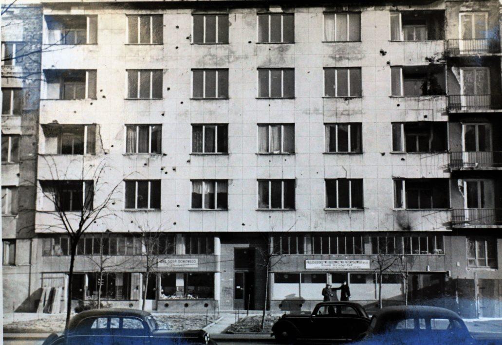 Warszawa. Al. Niepodległości 156. Wygląd kamienicy po roku 1945. Na elewacji widać liczne ślady po kulach. Zdjęcie ze zbiorów autora