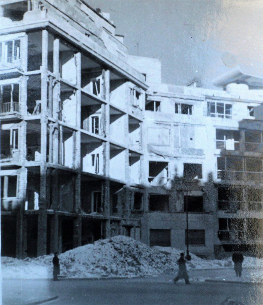 Tak wyglądał początek Al. Przyjaciół od strony Koszykowej zimą z 1939 na 1940 r. (kamienice nr 1 i 3, drugi z budynków ucierpiał głównie na skutek utraty szyb). Domy zostały wyremontowane kilka miesięcy po zakończeniu działań wojennych. Wiadomo, że poważnym uszkodzeniom uległ też dom Regulskich w Al. Przyjaciół 8. Wydaje się, że kamienica pod nr. 4 nie doznała większych uszkodzeń. Ale na pewno też utraciła wszystkie szyby w oknach. Pozytyw ze zbiorów autora.