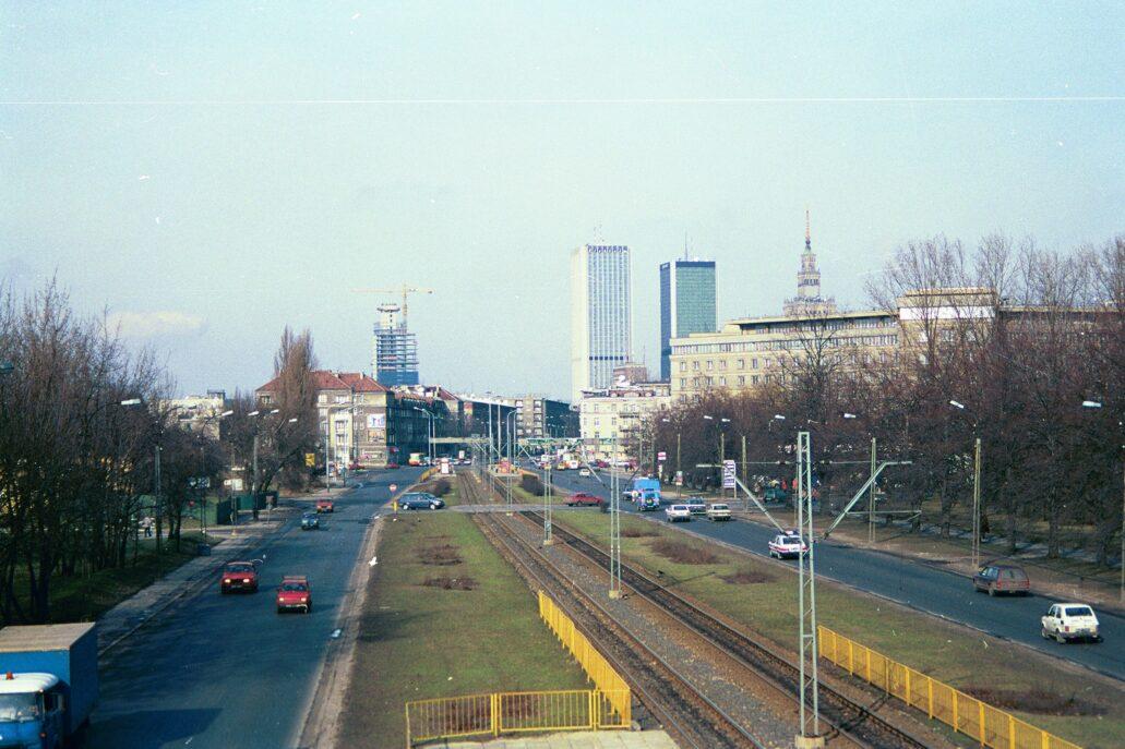 Warszawa. Panorama centrum od Al. Niepodległości. To zdjęcie wykonałem około 1994 lub w 1995 r. W panoramie widać tylko cztery budynki. Od lewej FIM Tower w budowie, Intraco2, Marriott i ponad gmachem GUS zwieńczenie Pałacu Kultury i Nauki. Fot. Jerzy S. Majewski