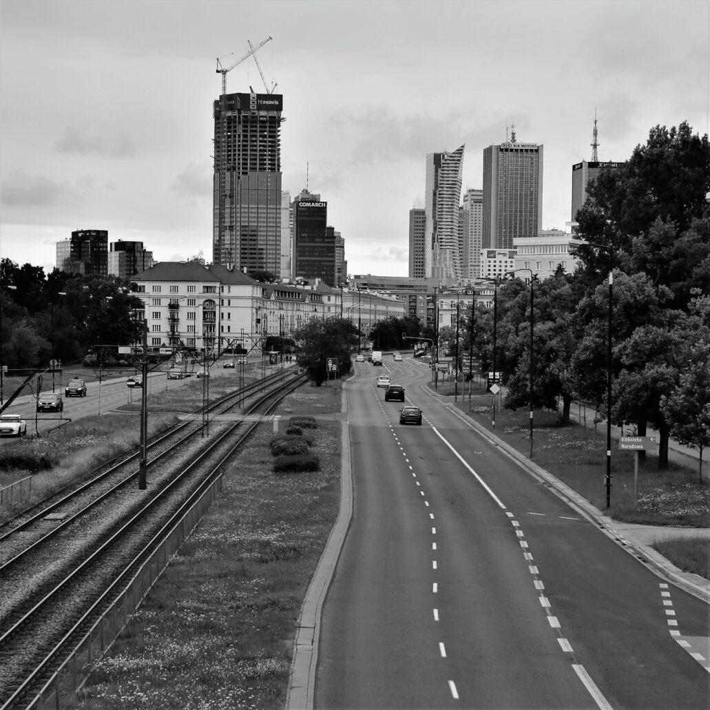Warszawa. Panorama centrum od strony Al. Niepodległości 11 lipca 2020 r. Widok zdominowała znajdująca się w budowie wieża Varso. Fot. Jerzy S. Majewski