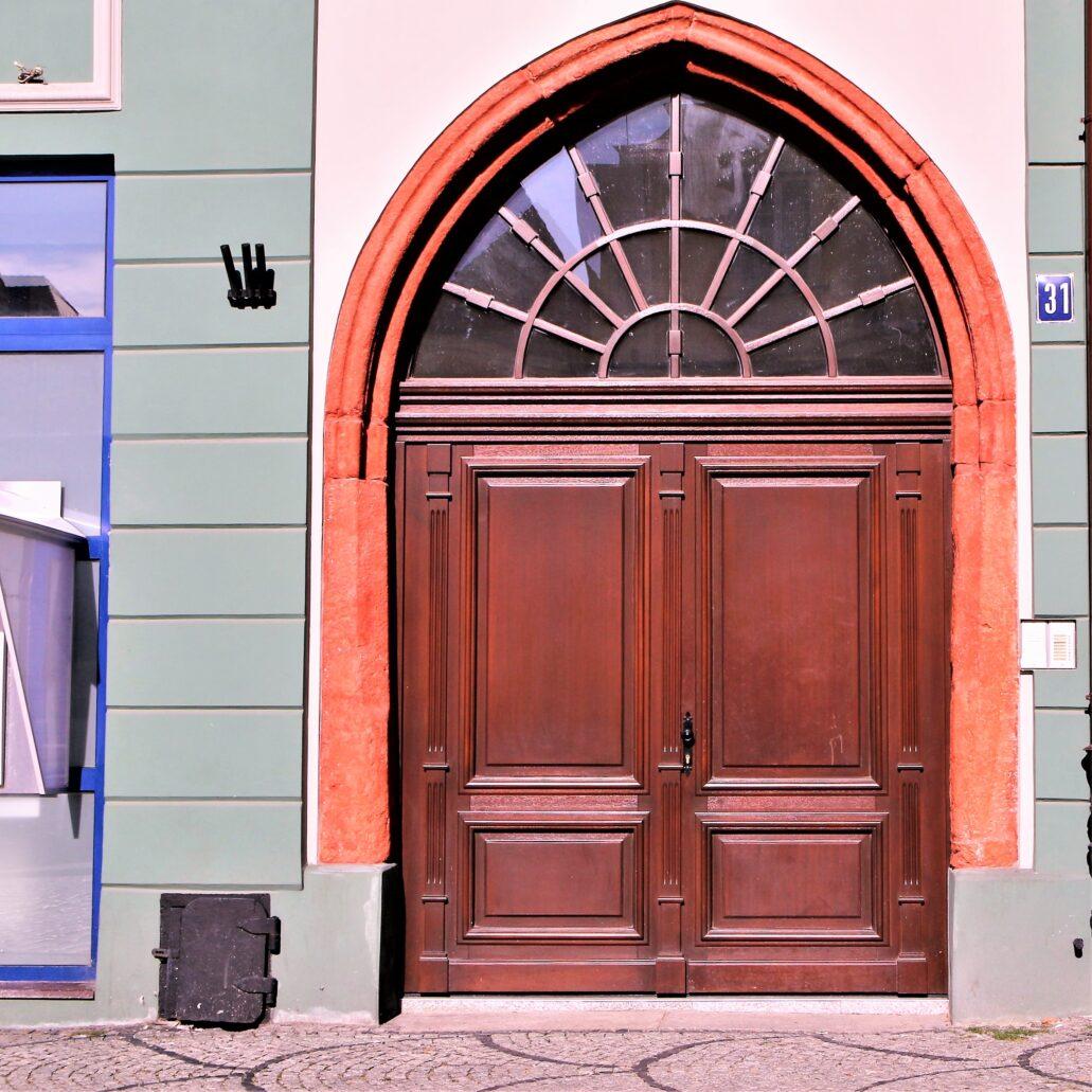Świdnica. Rynek 31. Gotycki, ostrołukowy portal kamienicy z odtworzonym przed kilku laty malowaniem kamieniarki. Fot. Jery S. Majewski
