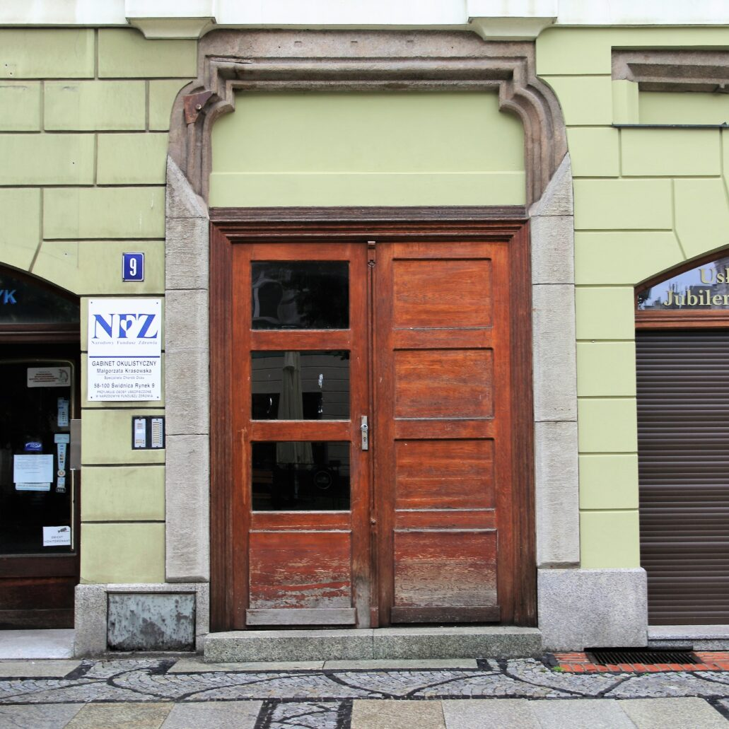 Świdnica. Rynek 9. Późnogotyckie dwuramienne nadproże w portalu kamienicy z przełomu XIV i XV wieku. Portal został odnaleziony w trakcie prac konserwatorskich w latach 90. XX w. Fot. Jery S. Majewski