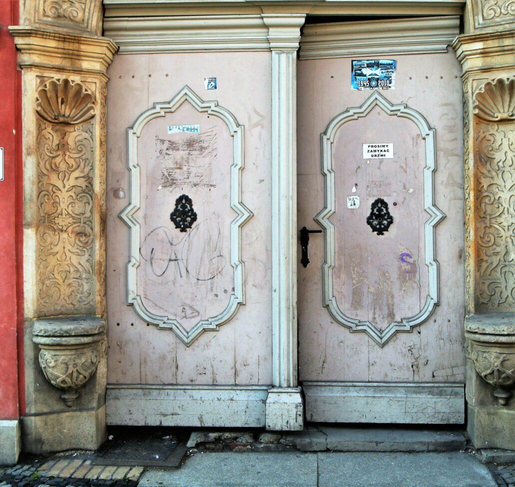 Świdnica. Rynek 26. Barokowe wierzeje bramy. W Świdnicy zachowało się kilka sztuk drewnianych barokowych skrzydeł bramnych. Fot. Jerzy S. Majewski