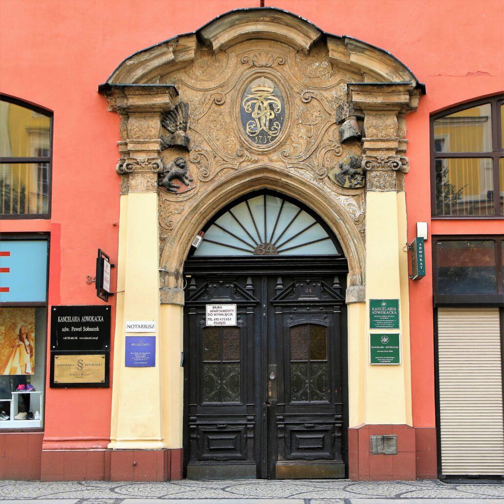 Świdnica. Rynek 34. Barokowy portal z 1737 r. Niestety i ten portal oszpecony jest reklamami. Wymaga też remontu konserwatorskiego przywracającego jego wyjątkowa urodę. Fot. Jerzy S. Majewski