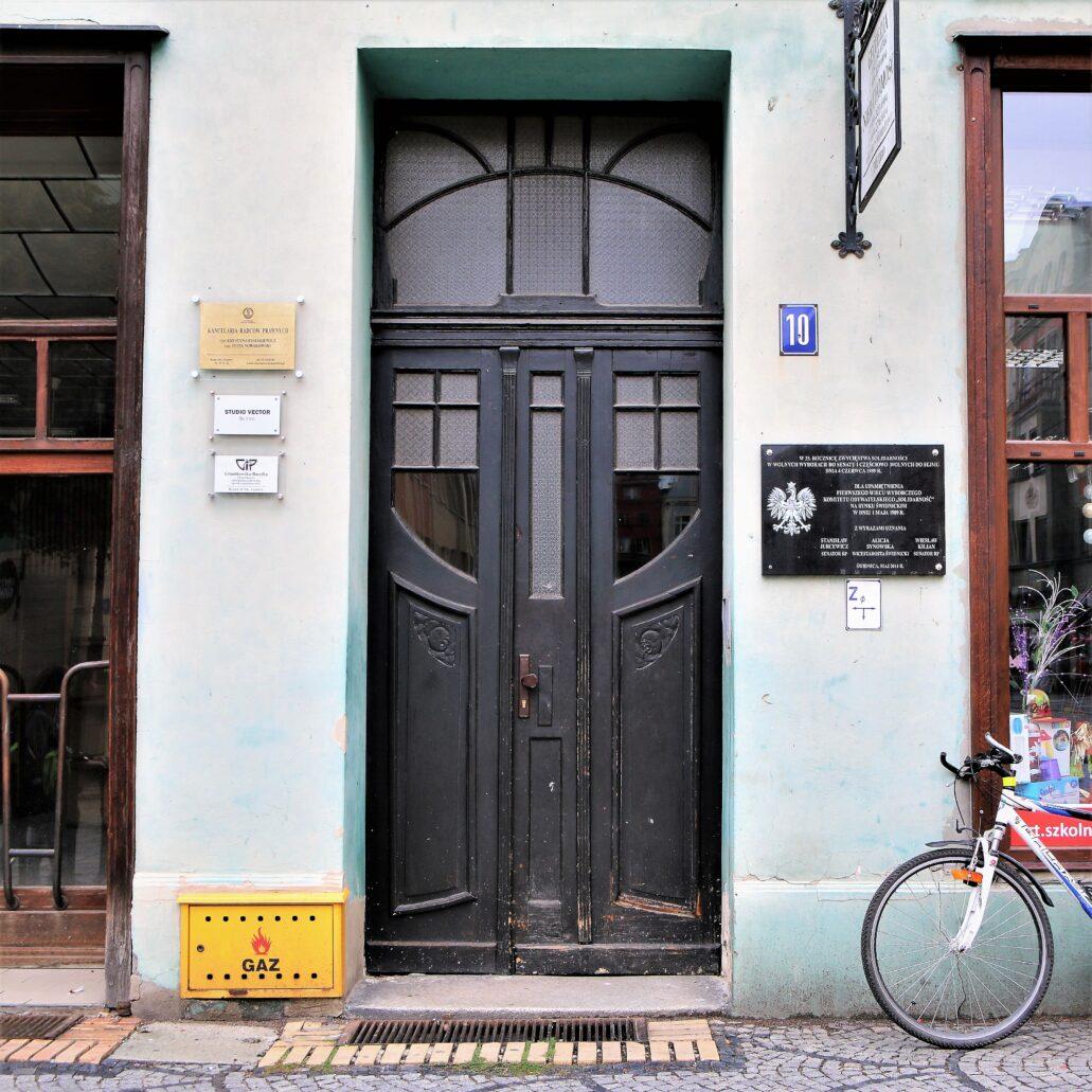 Świdnica. Rynek 10. Secesyjne drzwi w kamienicy przebudowanej po roku 1908. Fot. Jerzy S. Majewski
