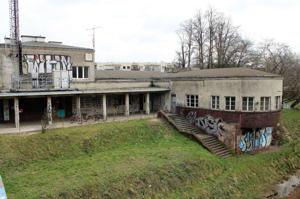 Piaseczno. Dworzec kolejowy tuż przed remontem w 2014 r. Zdewastowany bazgrołami. Schody wiodące pierwotnie na peron od lat 60. były bezużyteczne. W trakcie rewaloryzacji budynku jego lewa część została nieznacznie nadbudowana. Kulturalnie dokonana nadbudowa nie zaszkodziła architekturze budowli. W moim przekonaniu wyszła jej nawet na korzyść, poprawiając proporcje dworca. Fot. Jerzy S. Majewski