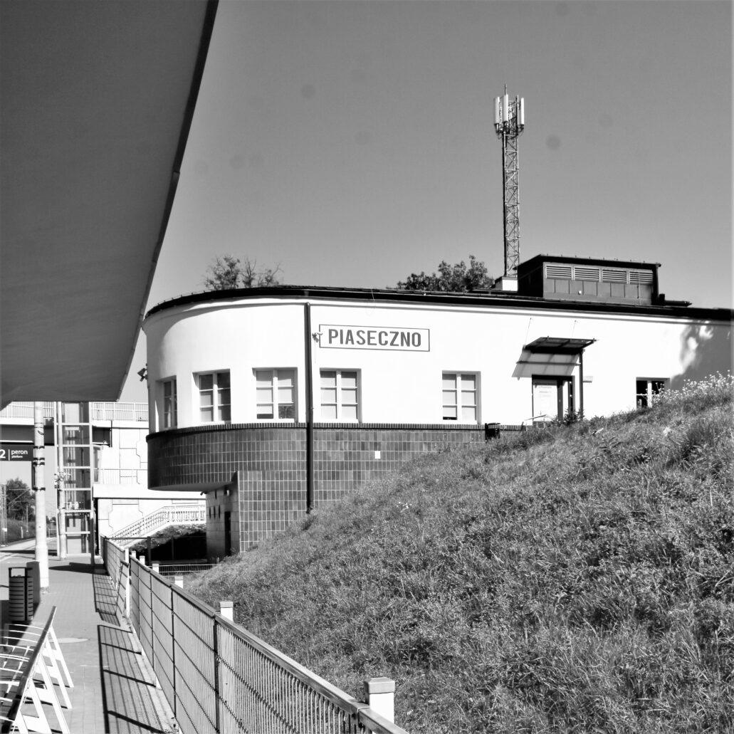 Piaseczno. Dworzec kolejowy. Zakończone zaokrągleniem skrzydło budynku mieszczące pierwotnie nastawnię semaforów. Na zdjęciu dobrze widać jego posadowienie na stoku skarpy. Fot. Jerzy S. Majewski