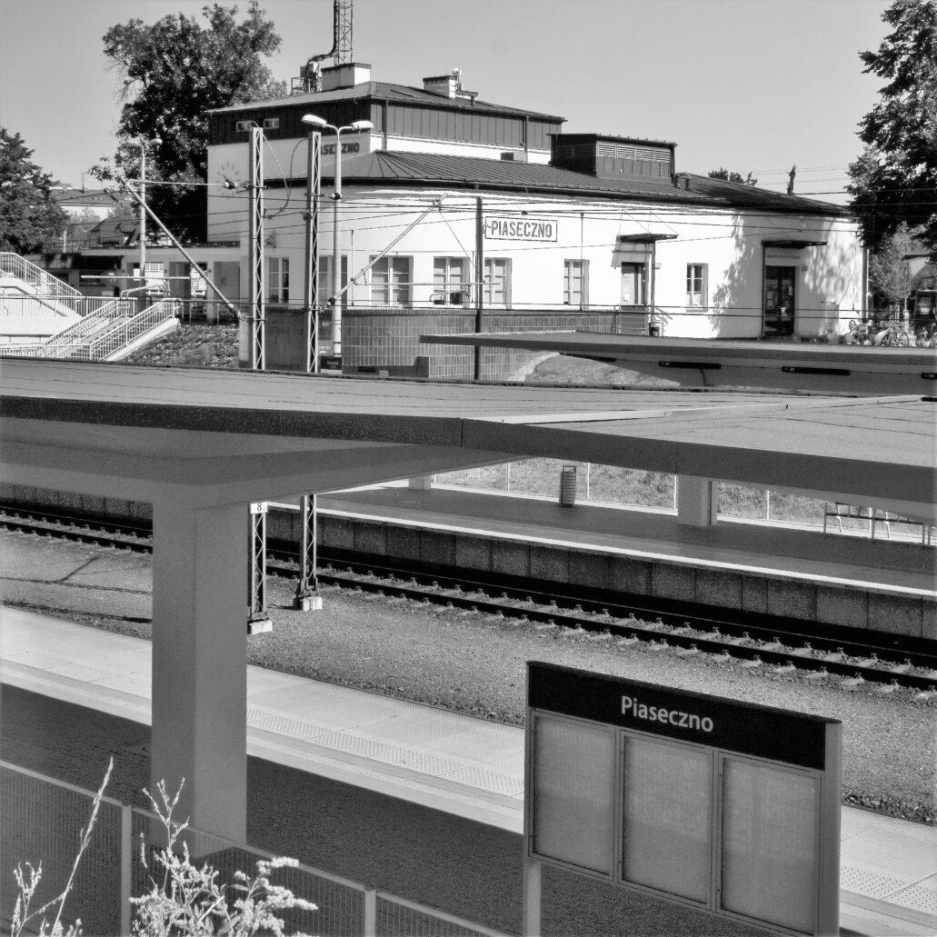 Piaseczno. Dworzec kolejowy. Widok na dworzec wraz z dwoma nowymi peronami z przeciwległej skarpy. Fot. Jerzy S. Majewski