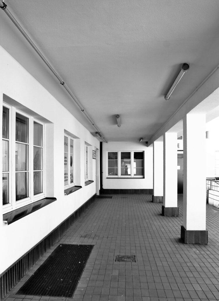 Piaseczno. Dworzec kolejowy. Fragment podcienia. Z klinkieru wykonano tutaj też cokoliki ścian. Oświetlenie na suficie jest nowe, ale bardzo dobrze dobrane. Fot. Jerzy S. Majewski