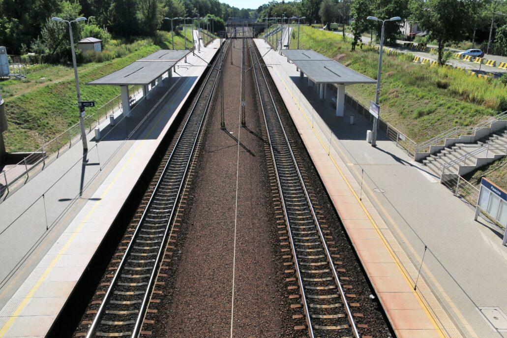 Piaseczno. Dworzec kolejowy. Obecnie perony znajdują się po bokach torów. Fot. Jerzy S. Majewski