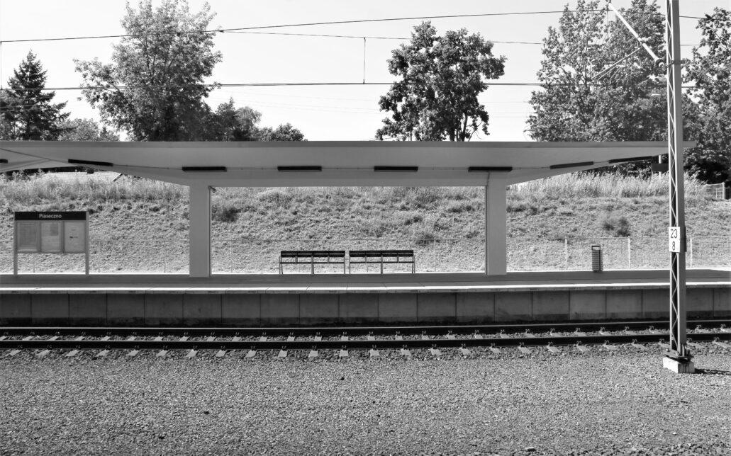 Piaseczno. Dworzec kolejowy. Wiata ponad nowym peronem swoim kształtem powtarza dawną wiatę ponad peronem wyspowym. Fot. Jerzy S. Majewski