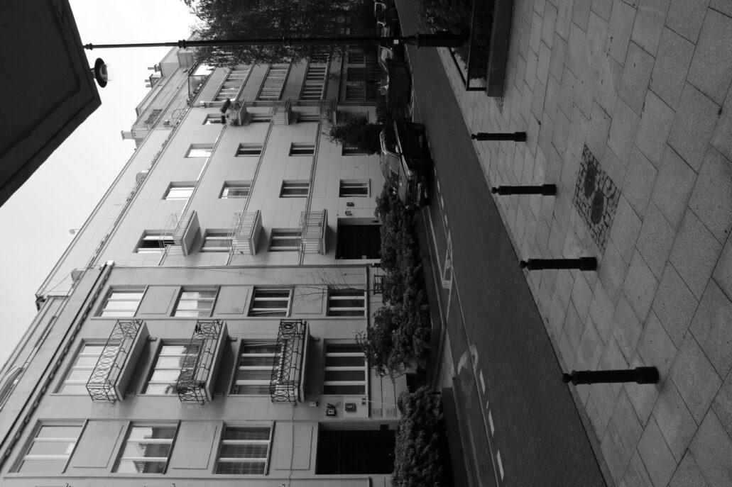 Warszawa. Al. Przyjaciół. Z lewej fragment kamienicy Dory Fuchs pod nr. 6. Z prawej dom pod nr. 4. Fot. Jerzy S. Majewski
