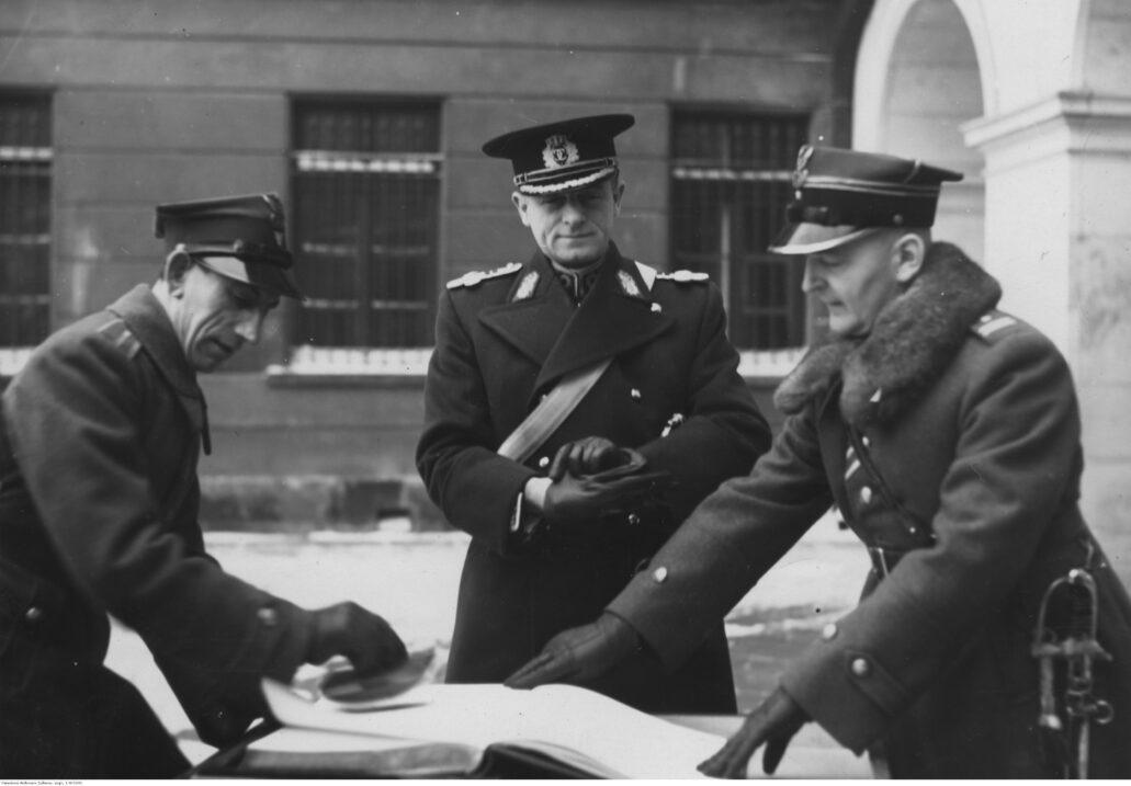 Attaché wojskowy Rumunii Alex Pelimon wpisuje się do księgi pamiątkowej Grobu Nieznanego Żołnierza. Zdjęcie z grudnia 1938 r. Fot. Narodowe Archiwum Cyfrowe