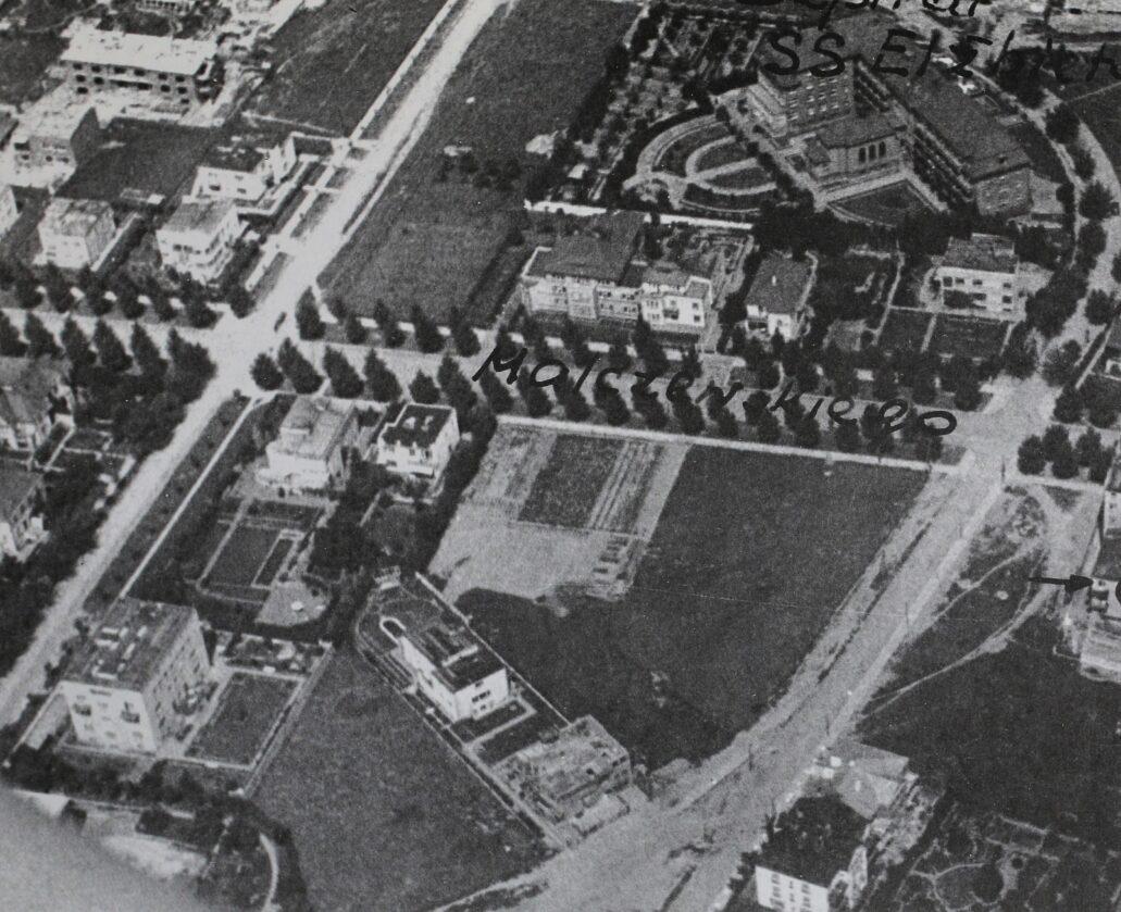 Warszawa. Tak około 1939 r. wyglądał narożnik Malczewskiego (u góry pośrodku od lewej do prawej) i Krasickiego (z lewej od dołu do góry). U zbiegu obydwu ulic widać willę Zagayskiego w prostokątnym ogrodzie. Na zdjęciu widoczny jest charakterystyczny, prostokątny basen. Budynek sąsiadujący z willą z prawej strony od Malczewskiego został po wojnie odbudowany w całkiem odmiennym kształcie z dwuspadowymi dachami. Z kolei kamienica sąsiadująca z ogrodem Zagayskiego od strony Krasickiego (na zdjęciu poniżej willi i ogrodu) uległa przed kilku laty gruntownej przebudowie, zamieniając się w biurowiec o aktywnej, zielonej fasadzie (Krasickiego 20/22). Willa usytuowana na zdjęciu pod kątem zachowała się i mieści dziś przedszkole. Fot. wg Atlas Historyczny Warszawy, wybrane źródła kartograficzne, Warszawa 1999, s. 192