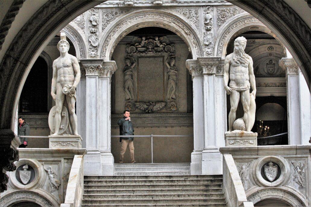 Wenecja. Pałac Dożów. Scala dei Giganti. To w tym pałacu w dawnej Sali dei Pregadi zachowało się najstarsze zachowane dzieło artysty z 1595 r. Obraz na stropie ukazujący dożę Pasqualego Cicogni adorującego Najświętszy Sakrament. Fot. Jerzy S. Majewski