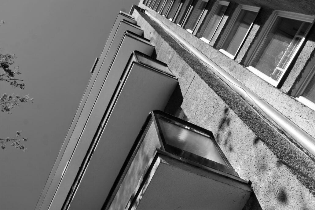 Warszawa. Sewerynów 4. Loggie balkonowe otrzymały charakterystyczne balustrady wypełnione taflami nieprzeźroczystego szkła zbrojonego (siatkowego). We współczesnej mieszkaniowej architekturze warszawskiej przeszklone balustrady stały się standardem i uważane są za jeden z synonimów nowoczesności. Jednak jak łatwo się przekonać, nie są pomysłem współczesnym, choć dziś używa się zupełnie innego szkła. Fot. Jerzy S. Majewski