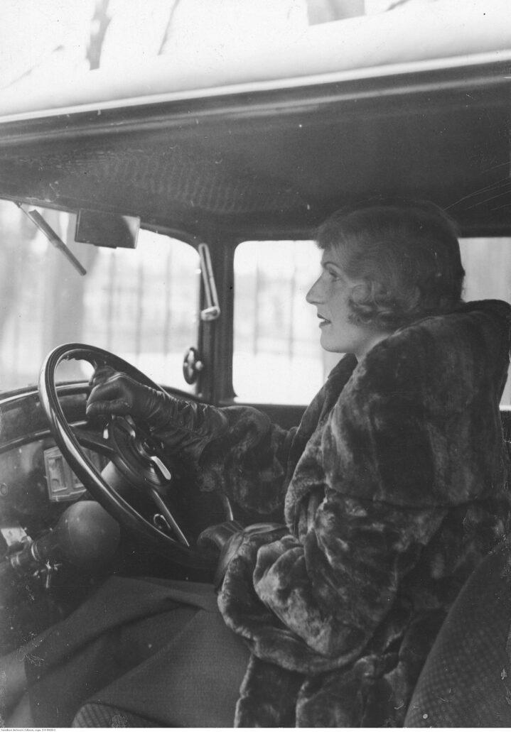 Kazimiera Skalska za kierownicą swojego samochodu w roku 1933. Fot. Narodowe Archiwum Cyfrowe