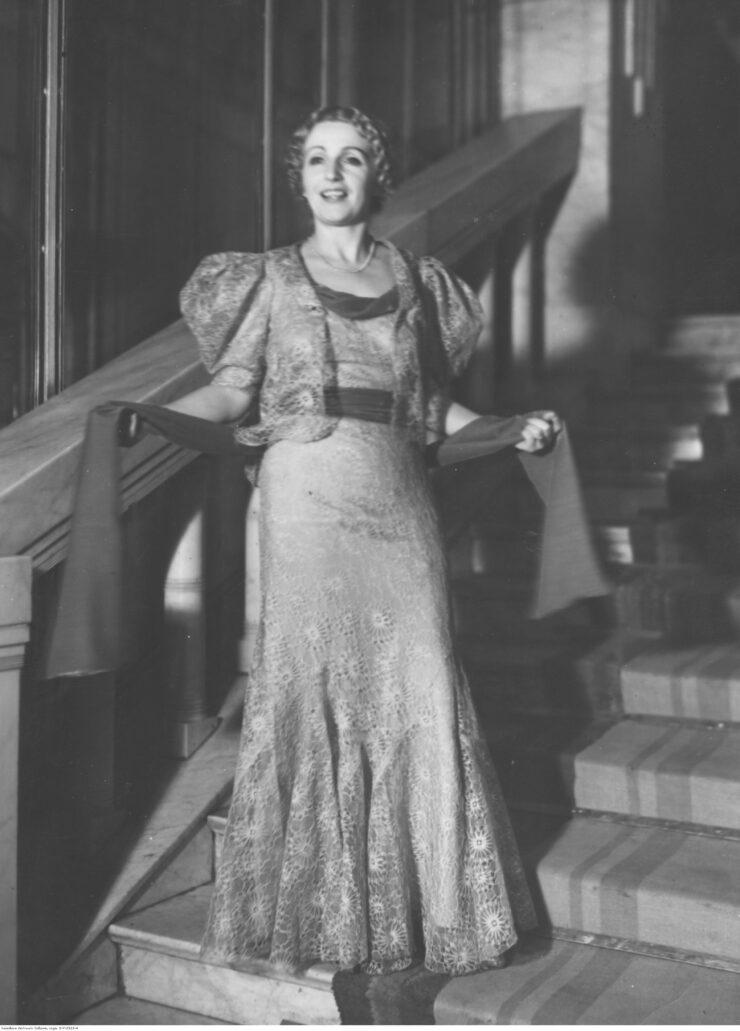 Kazimiera Skalska na balu mody w hotelu Bristol w roku 1937. Fot. Narodowe Archiwum Cyfrowe