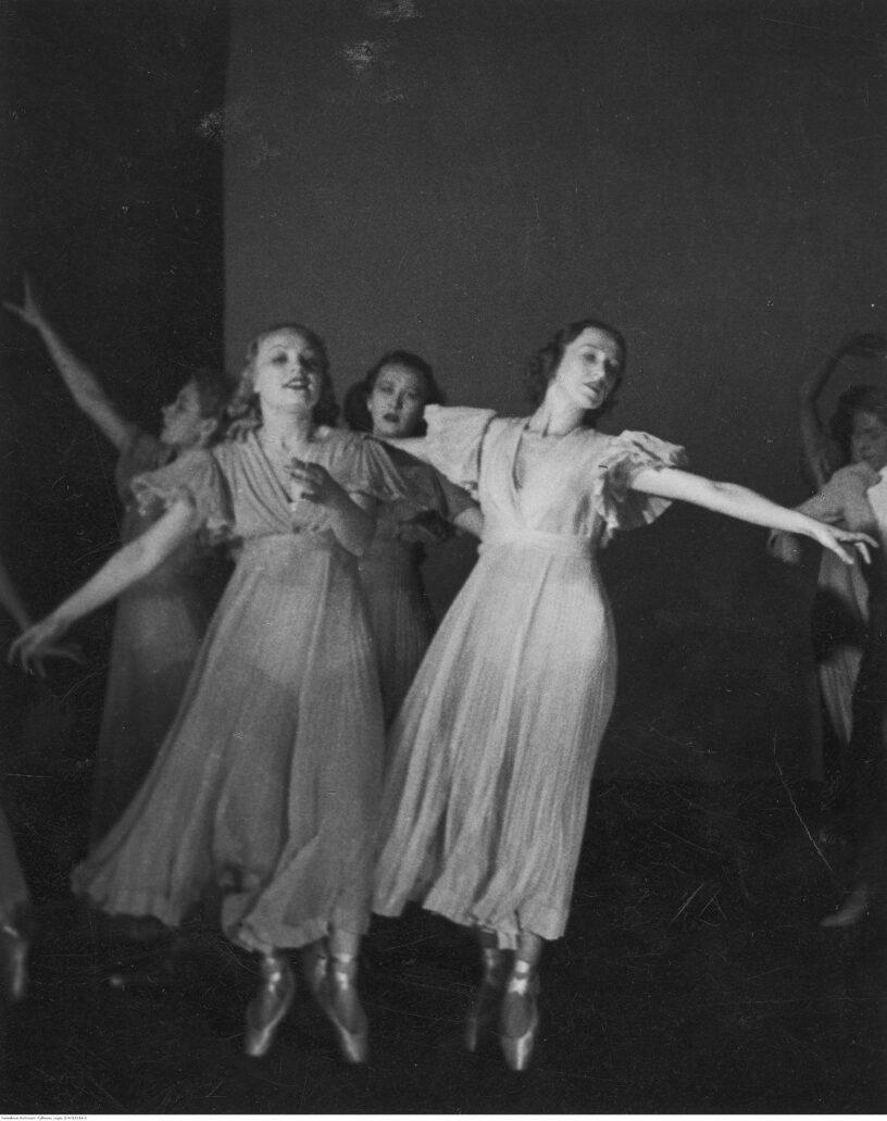 Stefania Stanisławska i Halina Biernacka podczas występu baletu reprezentacyjnego w Berlinie w 1937 r. Fot. Narodowe Archiwum Cyfrowe