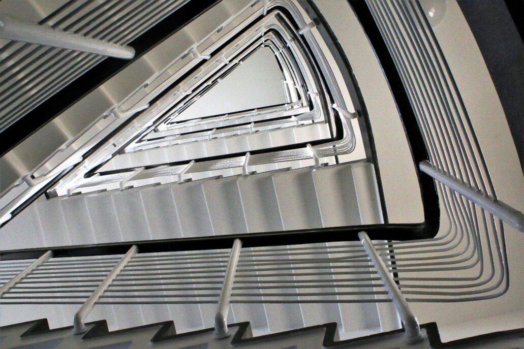 Warszawa. Sewerynów 4. Wnętrze głównej klatki schodowej. Pierwotnie słupki balustrad na głównej klatce schodowej wykonane były z białego metalu. Wydaje się, że obecnie jest on zamalowany. Fot. Jerzy S. Majewski