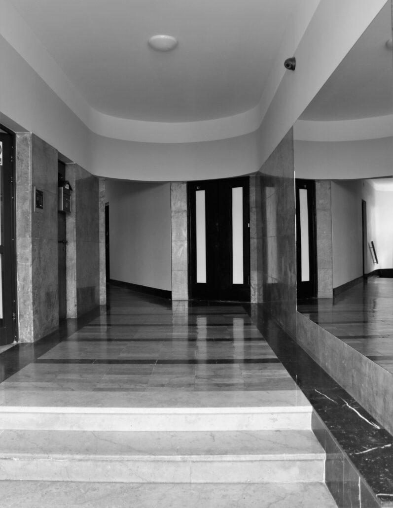 Warszawa. Sewerynów 4. Główny hall kamienicy. Z lewej wejście na główną klatkę schodową. Wnętrze miało olśniewać luksusowym wykończeniem. Użyto do niego marmurów. Morawicy i Dębnika na posadzkach oraz Barwinka na ścianach. Niezbędnym uzupełnieniem wnętrza jest duże lustro powiększające pomieszczenie i odbijające kolorowe marmury. Fot. Jerzy S. Majewski