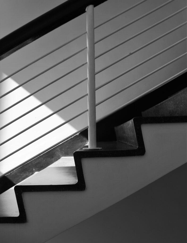 Warszawa. Sewerynów 4. Fragment schodów na klatce schodowej w wieżowej części budynku. Tutaj balustrady wykonane były z żelaza i lakierowane na kremowo. Fot. Jerzy S. Majewski