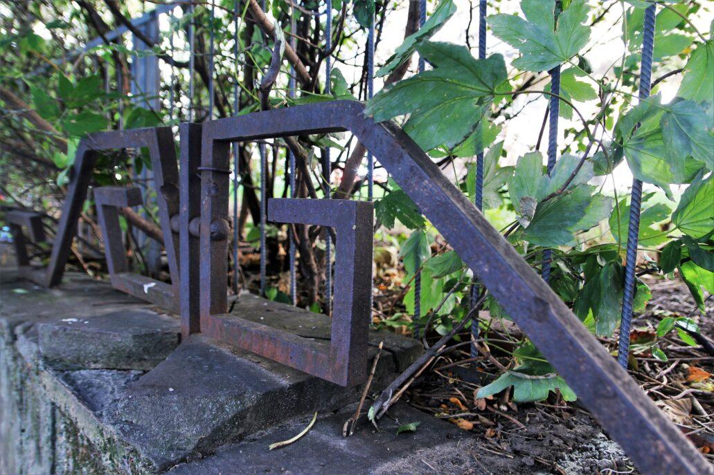 Fragment metalowego ogrodzenia na murku oporowym od strony ulicy Bartoszewicza. Fot. Jerzy S. Majewski