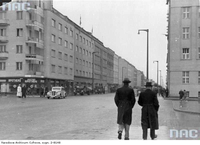 Gdynia. Ulica Świętojańska na początku lat 30. XX w. W tym czasie zabudowa była wciąż tu bardzo luźna i samotnie stojące, wielkomiejskie kamienice wywierały dość dziwne wrażenie. Pod koniec dekady wygląd ulicy ulegnie zupełnej zmianie. Widać to na fotografii otwierającej artykuł, ukazującej Świętojańską w pierwszych latach okupacji niemieckiej. Obie fotografie Narodowe Archiwum Cyfrowe