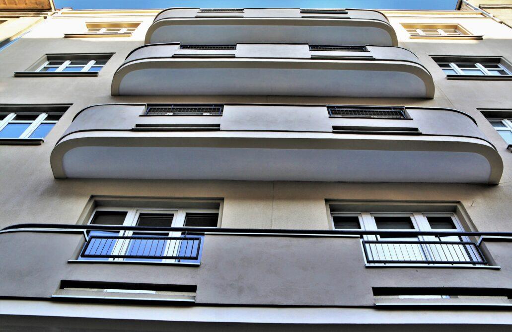 Gdynia. Świętojańska 37. W dość niezwykłych balkonach tej kamienicy, powstałej przed 1937 r., można doszukać się elementów tak oczywistego w Gdyni stylu okrętowego. Balkony bardzo długie, zaokrąglone są w narożach i akcentują osiową kompozycję fasady. Ten sposób zaprojektowania balkonów był bardzo oryginalny i dość trudno go odnaleźć w innych realizacjach w Polsce. Fasada została kilka lat temu umiejętnie odrestaurowana. Fot. Jerzy S. Majewski