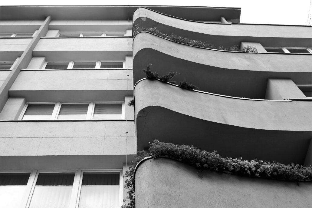 Gdynia. Świętojańska 55. Kamienica Mariana Kreńskiego. Łukowo wygięte balkony od strony Żwirki i Wigury nadają architekturze budynku wrażenia dynamiki. Niektórym kojarzą się wręcz z falą morską. Fot. Jerzy S. Majewski