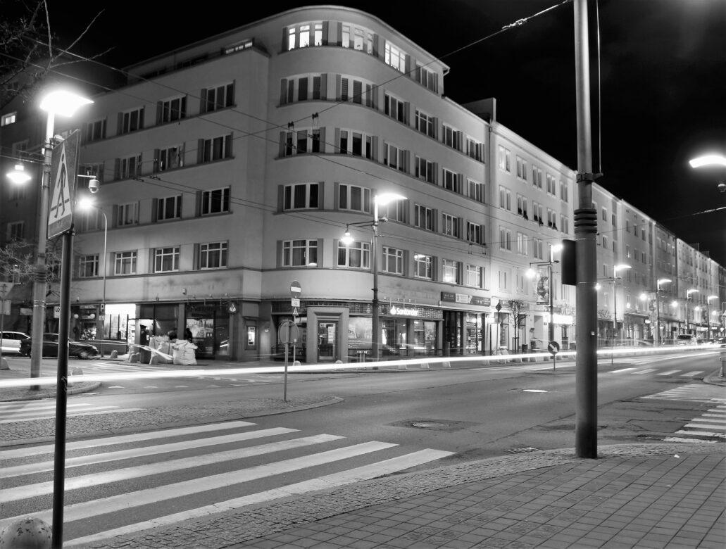 Gdynia. Wyrównane gabaryty kamienic wzdłuż pierzei Świętojańskiej za narożnym domem Franciszka Wegnera przy Świętojańskiej 89. Fot. Jerzy S. Majewski