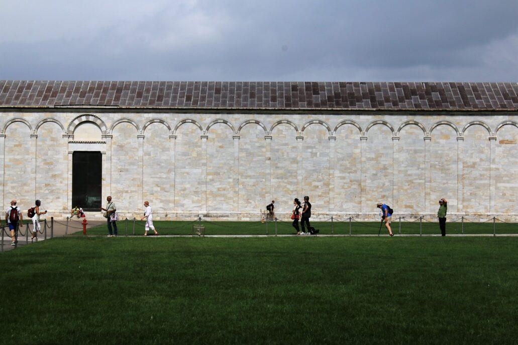 Piza. Campo Santo. Widok na masywną, zewnętrzną ścianę krużganków od strony katedry i baptysterium. Fot. Jerzy S. Majewski