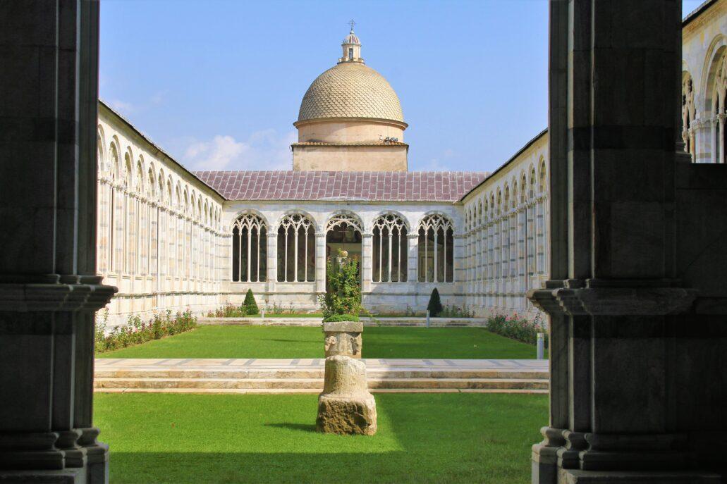 Piza. Campo Santo. Widok na dziedziniec z wnętrza krużganka. W głębi nakryta kopuła Capella dal Pozzo we wschodniej części krużganków. Ta renesansowa kaplica dobudowana została w roku 1594. Fot. Jerzy S. Majewski