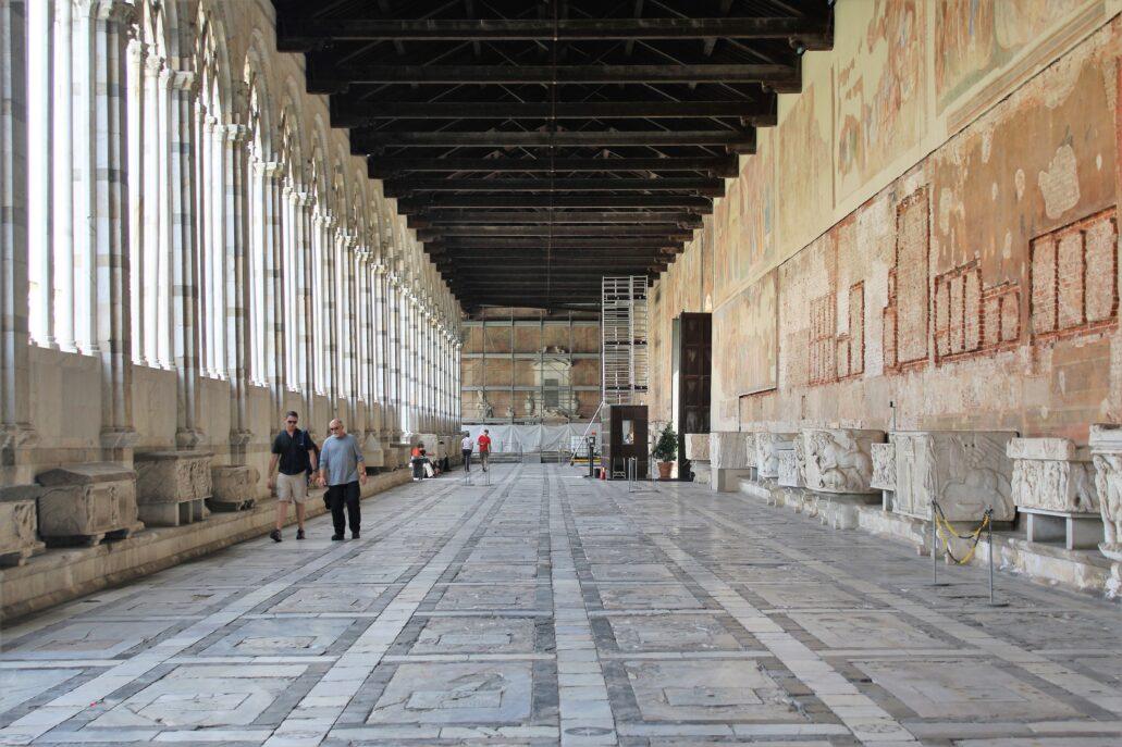 Piza. Campo Santo. Wnętrze jednego z krużganków w trakcie prac konserwatorskich. Krużganki wraz z cmentarzem doznały uszkodzeń w trakcie alianckiego nalotu w lipcu 1944 r. Dekoracje malarskie pokryły ściany krużganków w XIV i XV wieku, począwszy od 1332 r. Jej autorami byli m.in. Andrea Banaiuti, Tadeo Gaddi, a w połowie wieku XV Benozzo Gozzoli. Jednak najbardziej znana jest tu wielka kompozycja Triumfu Śmierci pędzla Bonamico Buffalmacco. Fot. Jerzy S.