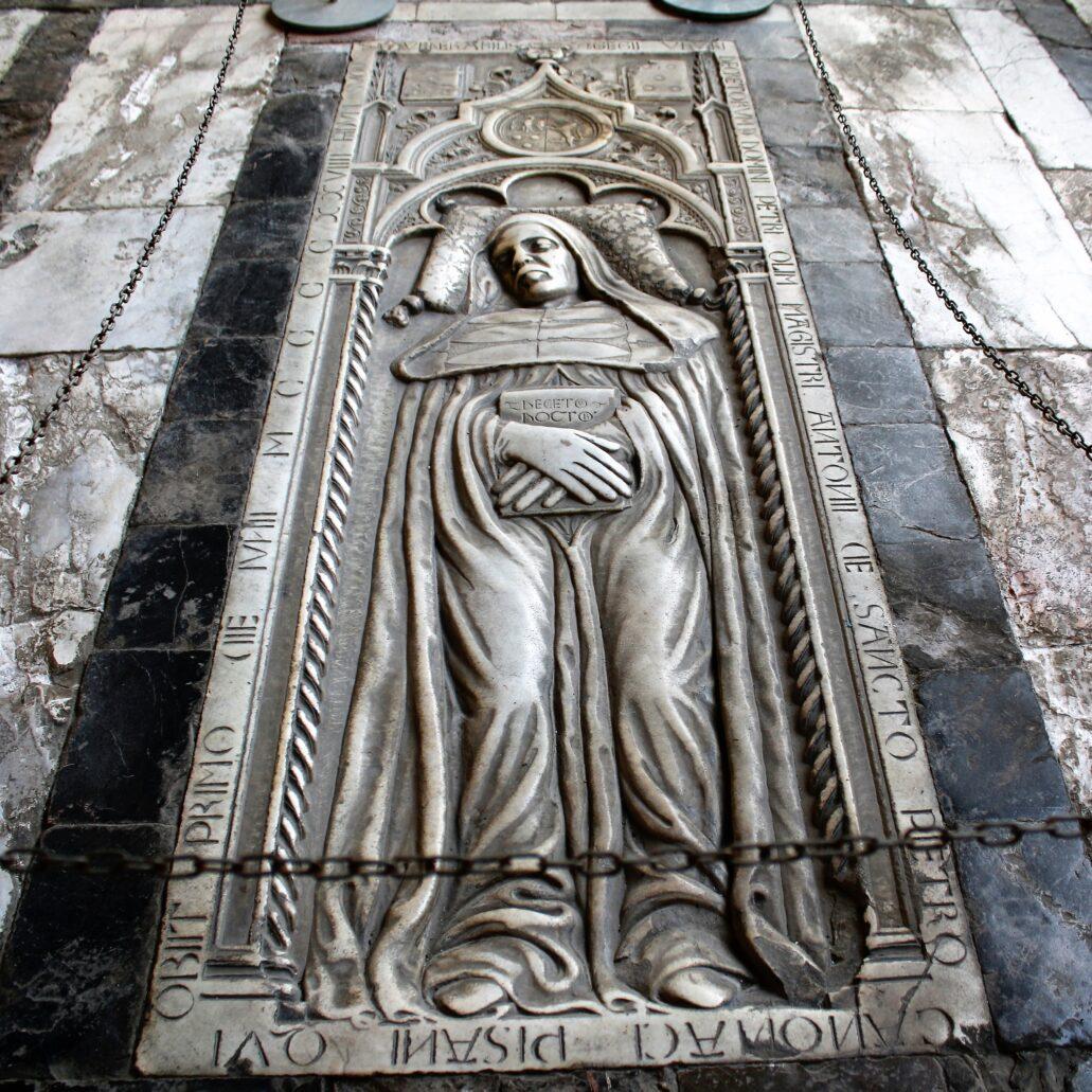 Piza. Campo Santo. Jedna z gotyckich płyt nagrobnych wmurowanych w posadzkę krużganków. Fot. Jerzy S. Majewski