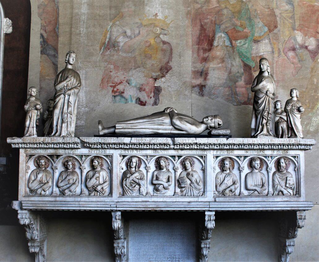 Piza. Campo Santo. Gotycki grobowiec rodziny Della Gherardesca. Marmurowa kompozycja dłuta Lupa di Francesco znajdowała się pierwotnie w kościele San Francesco w Pizie. Grobowiec ten, najeżony sterczynami, pierwotnie był polichromowany. Uszkodzony w 1944 r., został ponownie zestawiony i odrestaurowany po wojnie. Fot. Jerzy S. Majewski