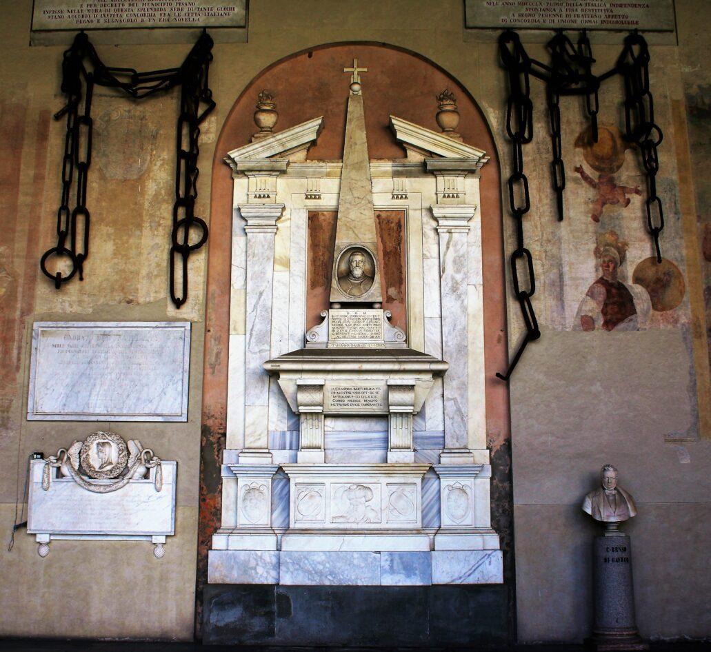 Piza. Campo Santo. Otoczony łańcuchami pochodzącymi z portu w Pizie pomnik nagrobny Bartolomeo Mediciego, zmarłego w 1555 r. Fot. Jerzy S. Majewski